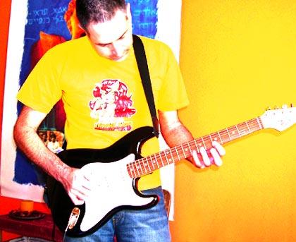 אני מנסה לנגן בגיטרה